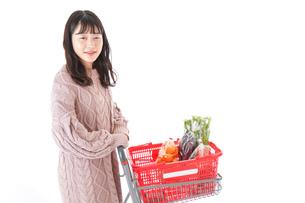 食料品の買い物をする若い女性の写真素材 [FYI04720916]