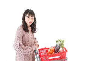 食料品の買い物をする若い女性の写真素材 [FYI04720917]