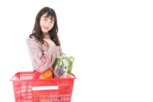 食料品の買い物をする若い女性の写真素材 [FYI04720918]