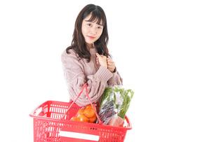 食料品の買い物をする若い女性の写真素材 [FYI04720919]
