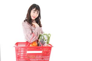 食料品の買い物をする若い女性の写真素材 [FYI04720925]