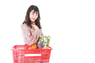 食料品の買い物をする若い女性の写真素材 [FYI04720928]