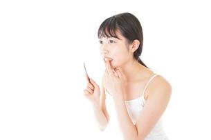 歯みがきをする若い女性の写真素材 [FYI04721001]