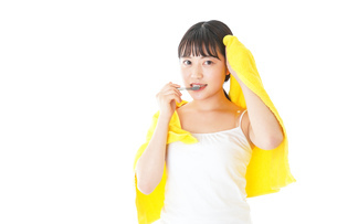 歯みがきをする若い女性の写真素材 [FYI04721002]
