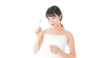 歯みがきをする若い女性の写真素材 [FYI04721011]