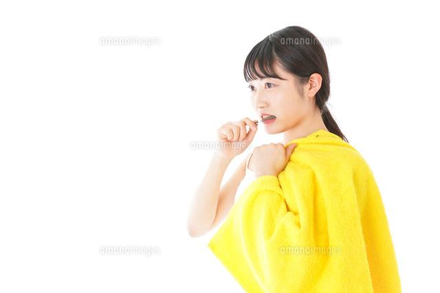 歯みがきをする若い女性の写真素材 [FYI04721017]