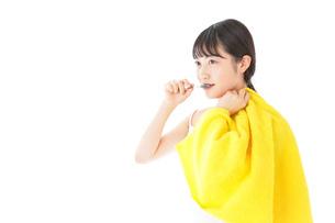 歯みがきをする若い女性の写真素材 [FYI04721018]