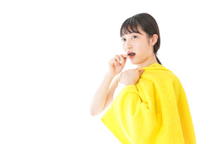 歯みがきをする若い女性の写真素材 [FYI04721022]