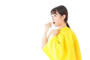 歯みがきをする若い女性の写真素材 [FYI04721026]