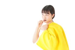 歯みがきをする若い女性の写真素材 [FYI04721029]