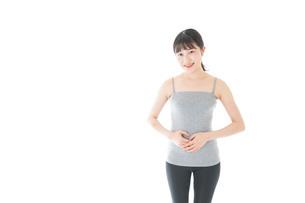ダイエットをする若い女性の写真素材 [FYI04721039]