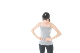 ダイエットをする若い女性の写真素材 [FYI04721043]