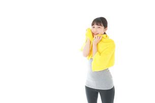 ジムでシャワーを浴びる若い女性の写真素材 [FYI04721048]
