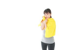 ジムでシャワーを浴びる若い女性の写真素材 [FYI04721061]