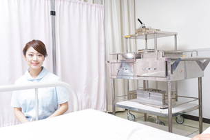 病院で働く看護師の写真素材 [FYI04721099]