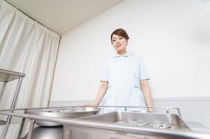 病院に勤務する医師と看護師の写真素材 [FYI04721108]