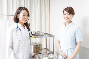 病院に勤務する医師と看護師の写真素材 [FYI04721110]