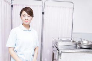 病院で働く看護師の写真素材 [FYI04721115]