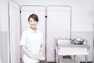病院で働く看護師の写真素材 [FYI04721116]