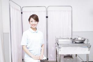 病院で働く看護師の写真素材 [FYI04721124]