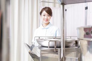 病院で働く看護師の写真素材 [FYI04721135]