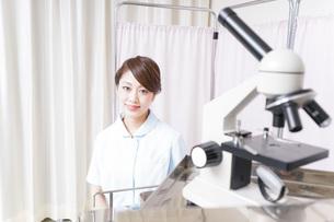 病院で働く看護師の写真素材 [FYI04721137]