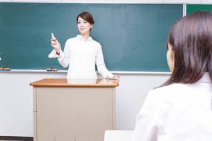学校で授業をする教師の写真素材 [FYI04721159]