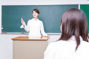 学校で授業をする教師の写真素材 [FYI04721161]