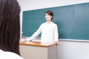 学校で授業をする教師の写真素材 [FYI04721169]