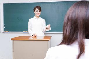 学校で授業をする教師の写真素材 [FYI04721170]