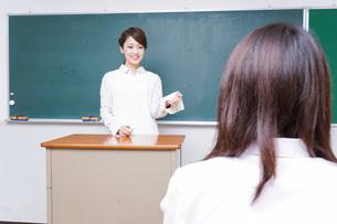 学校で授業をする教師の写真素材 [FYI04721171]
