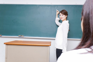 学校で授業をする教師の写真素材 [FYI04721184]