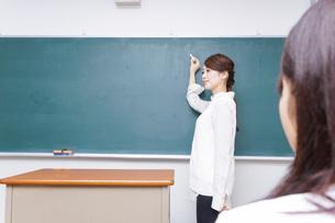 学校で授業をする教師の写真素材 [FYI04721188]