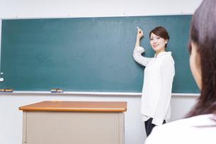 学校で授業をする教師の写真素材 [FYI04721191]