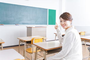 教室で指を指す学生の写真素材 [FYI04721205]