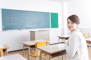 教室に座る学生の写真素材 [FYI04721210]