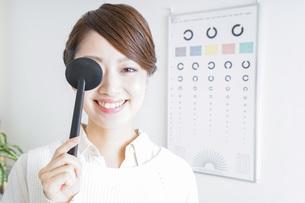 視力検査をする女性の写真素材 [FYI04721254]