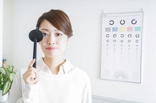 視力検査をする女性の写真素材 [FYI04721255]