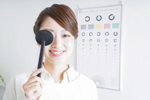 視力検査をする女性の写真素材 [FYI04721256]