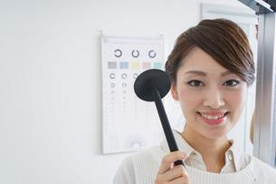 視力検査をする女性の写真素材 [FYI04721257]