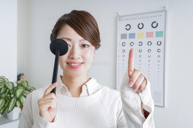 視力検査をする女性の写真素材 [FYI04721258]