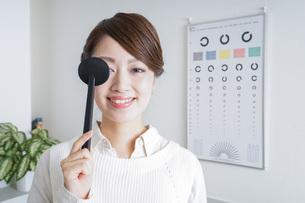 視力検査をする女性の写真素材 [FYI04721259]