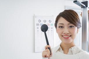 視力検査をする女性の写真素材 [FYI04721260]