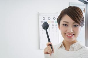 視力検査をする女性の写真素材 [FYI04721261]