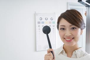 視力検査をする女性の写真素材 [FYI04721263]