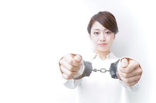 逮捕された女性の写真素材 [FYI04721277]
