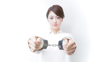 逮捕された女性の写真素材 [FYI04721280]