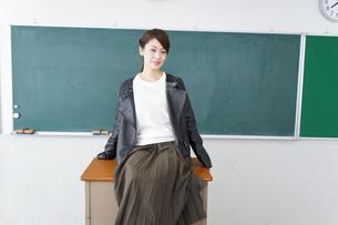 教壇に座る不良学生の写真素材 [FYI04721301]