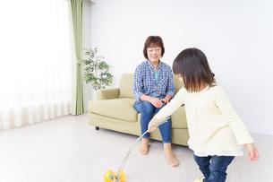 おばあちゃんと遊ぶ小さな子供の写真素材 [FYI04721398]