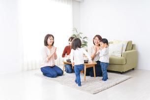 お母さんと子供たちの写真素材 [FYI04721402]